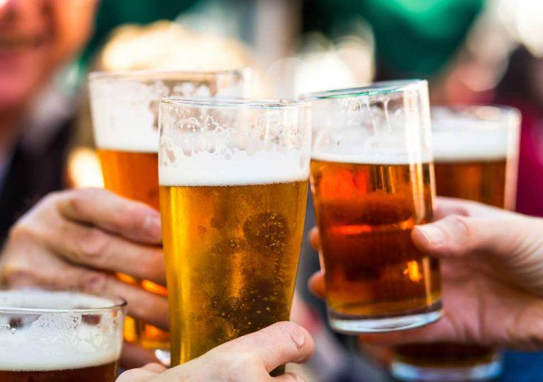 Έρευνα: Το «τσούζουν» οι Ευρωπαίοι – Δείτε πόσο πίνουν οι Έλληνες | tanea.gr