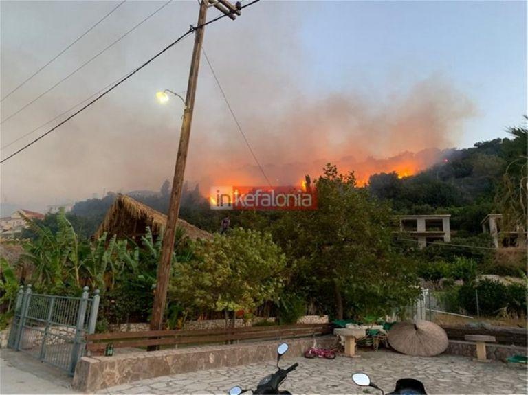 Φωτιά στην Κεφαλονιά: Πέρασε ανάμεσα από τα σπίτια – Στην παραλία οι τουρίστες [Εικόνες] | tanea.gr