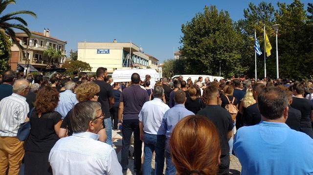 Ανείπωτος πόνος στην κηδεία της 13χρονης – Δεν κατάφερε να την αποχαιρετήσει ο πατέρας της   tanea.gr