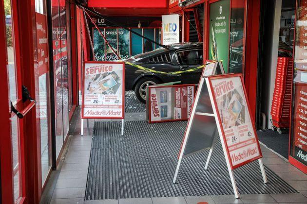 Μπαράζ ληστειών με εισβολή αυτοκινήτων μέσα σε καταστήματα τη νύχτα   tanea.gr