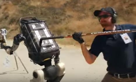 Στρατιωτικό ρομπότ επαναστατεί αρχίζοντας να… σημαδεύει ανθρώπους   tanea.gr