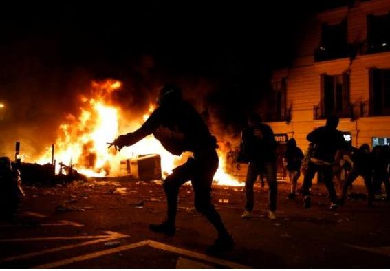Βαρκελώνη: Άγριες συμπλοκές αστυνομικών με αυτονομιστές | tanea.gr