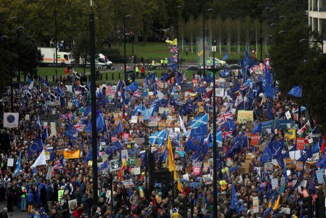 Διαδηλωτές πολιορκούν τη βρετανική Βουλή, ενώ εντός της αποφασίζεται το μέλλον του Brexit | tanea.gr
