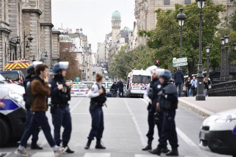 Παρίσι : Πέντε συλλήψεις για την επίθεση στο αρχηγείο της αστυνομίας | tanea.gr