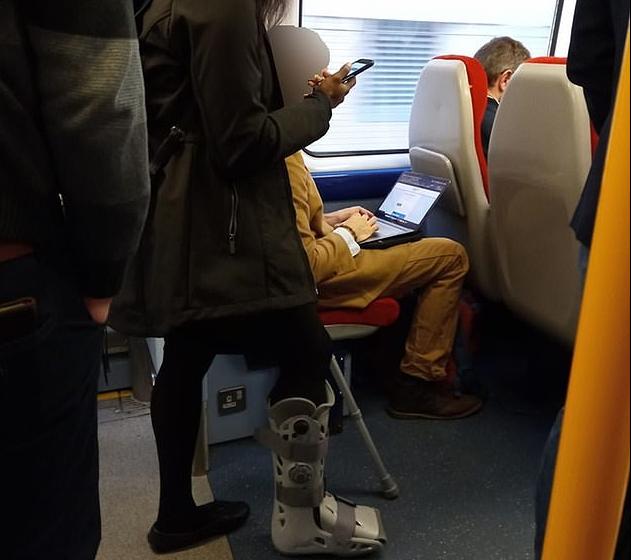 Aντιδράσεις για τον «εγωιστή» επιβάτη σε τρένο του Λονδίνου : Δεν έδωσε τη θέση σε γυναίκα με πατερίτσες | tanea.gr
