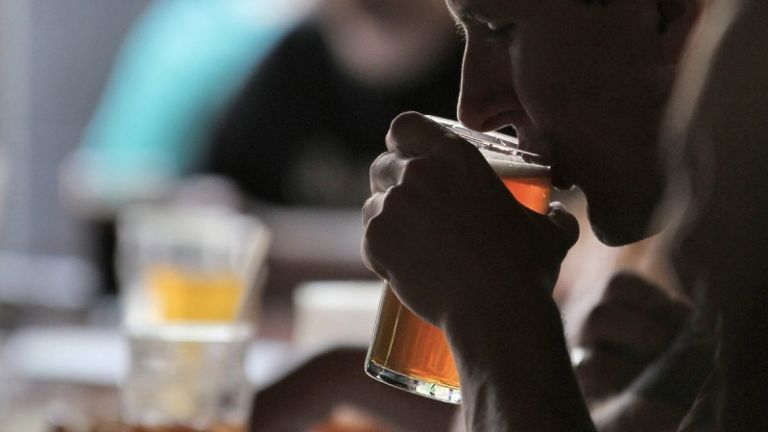 Πώς το παιδί θα μάθει ότι η κατανάλωση αλκοόλ είναι μια επιλογή που μπορεί να αρνηθεί | tanea.gr