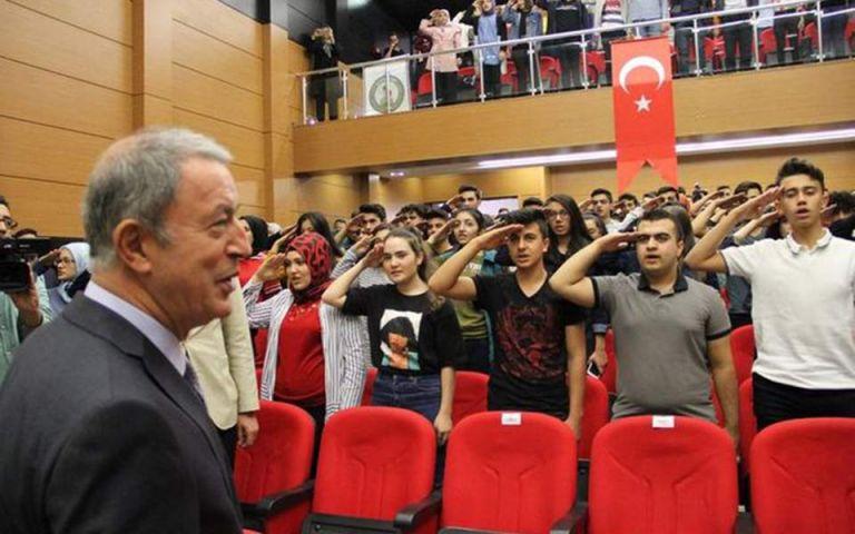 Τουρκία : Στρατιωτικός χαιρετισμός μαθητών στον Χουλουσί Ακάρ   tanea.gr