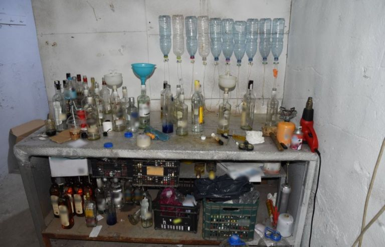 Θεσσαλονίκη : Ιερέας εμφιάλωνε ποτά «μπόμπες» με μπουκάλια από σκουπίδια | tanea.gr