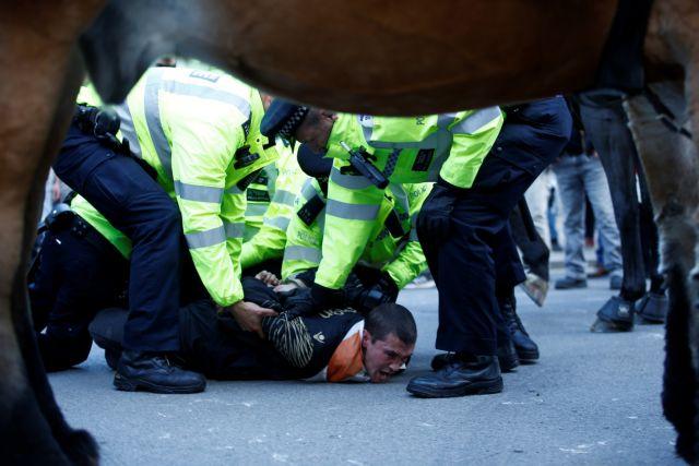 Βρετανία: Αστυνομικοί ακινητοποίησαν άνδρα έξω από τη Ντάουνινγκ Στριτ | tanea.gr