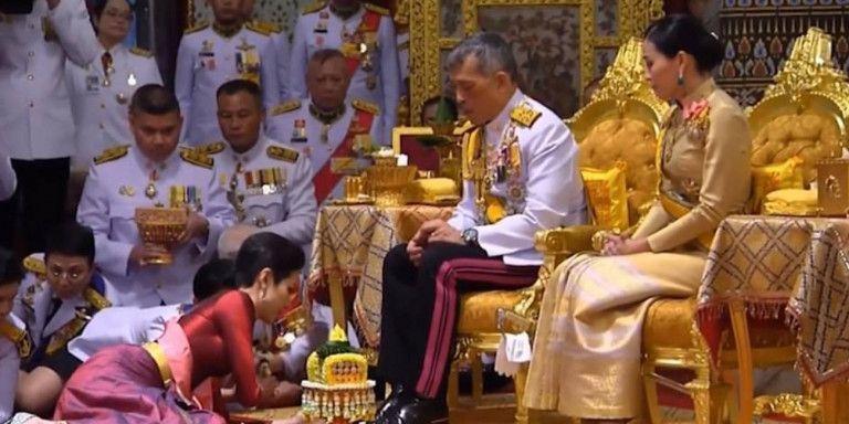 Ο βασιλιάς της Ταϊλάνδης Μάχα αποκαθήλωσε την επίσημη ερωτική σύντροφό του | tanea.gr