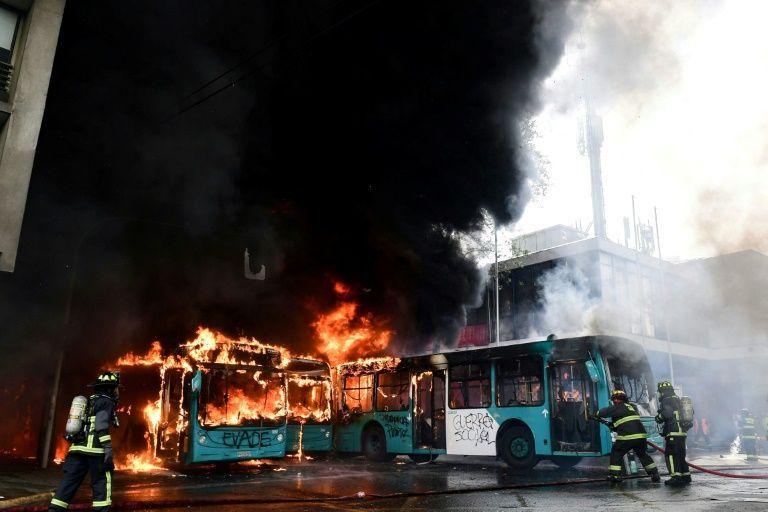 Χιλή : Κόλαση στο Σαντιάγκο - Βίαιες διαδηλώσεις, λεηλασίες καταστημάτων και εμπρησμοί | tanea.gr