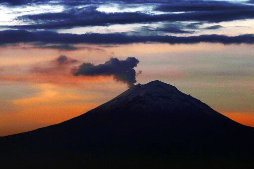 Παράτολμος φωτογράφος φθάνει στον κρατήρα ενεργού ηφαιστείου | tanea.gr