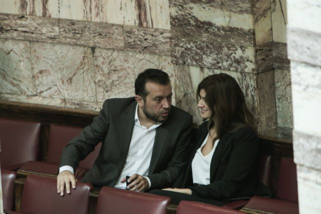 Την ώρα των ομιλιών στη Βουλή η Νοτοπούλου... έβγαζε selfie | tanea.gr