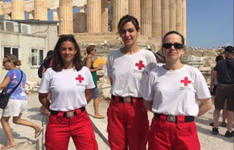 Γυναίκα έπαθε έμφραγμα στην Ακρόπολη και την έσωσαν οι εθελόντριες του Ερυθρού Σταυρού | tanea.gr