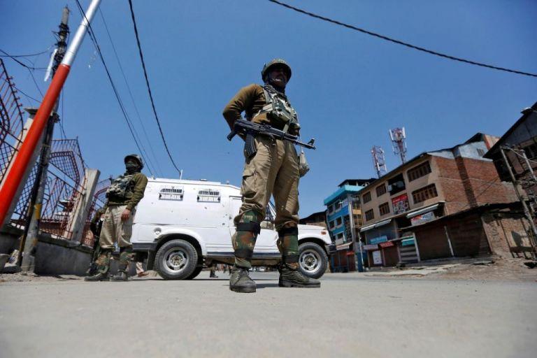 Ινδικό Κασμίρ : Επίθεση με βομβίδα προκάλεσε τον τραυματισμό αμάχων | tanea.gr