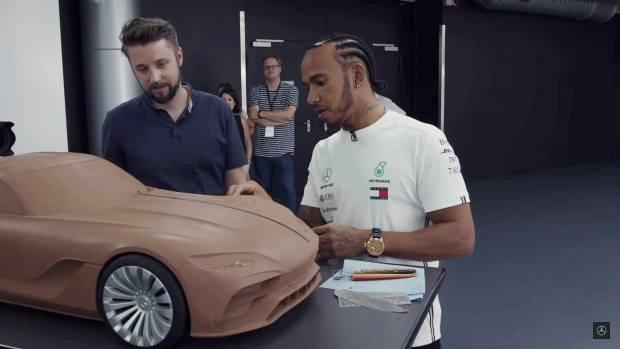 Τι είδε ο Λιούις Χάμιλτον όταν επισκέφθηκε το στρατηγείο της Mercedes-Benz | tanea.gr