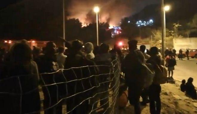 Νύχτα τρόμου στη Σάμο : Στις φλόγες το Κέντρο Υποδοχής, μαχαιρώματα και τραυματίες | tanea.gr