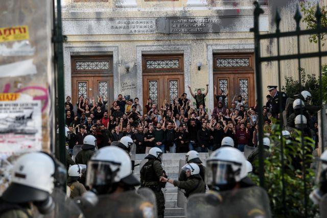 Αγρια κόντρα κυβέρνησης - ΣΥΡΙΖΑ για την εισβολή στην ΑΣΟΕΕ | tanea.gr