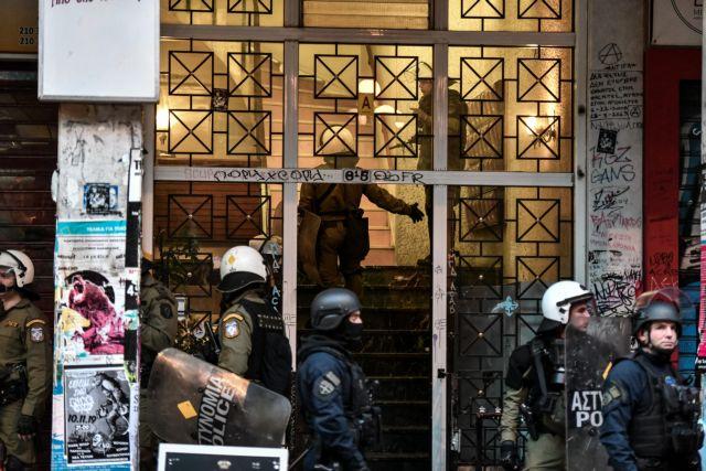 Εισβολή αστυνομικών σε πολυκατοικίες - έγιναν προσαγωγές | tanea.gr