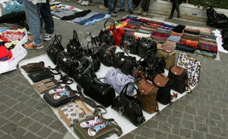 Παρεμπόριο: «Βαριά» πρόστιμα μετά από ελέγχους – Κατασχέθηκαν «μαϊμού» τσάντες και θήκες κινητών | tanea.gr
