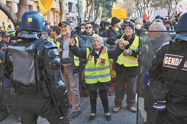 Βία στην επέτειο των Κίτρινων Γιλέκων | tanea.gr