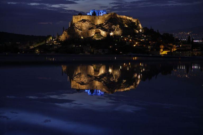 Ακρόπολη: Φωταγωγήθηκε μπλε για τα Δικαιώματα του Παιδιού | tanea.gr