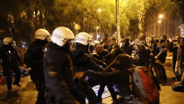 Ισπανία : Αστυνομική επιχείρηση για την εκκένωση κατάληψης πλατείας   tanea.gr