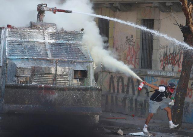 Σάλος στη Χιλή: Διαδηλωτής πέθανε αβοήθητος - Η αστυνομία εμπόδισε νοσοκόμους | tanea.gr