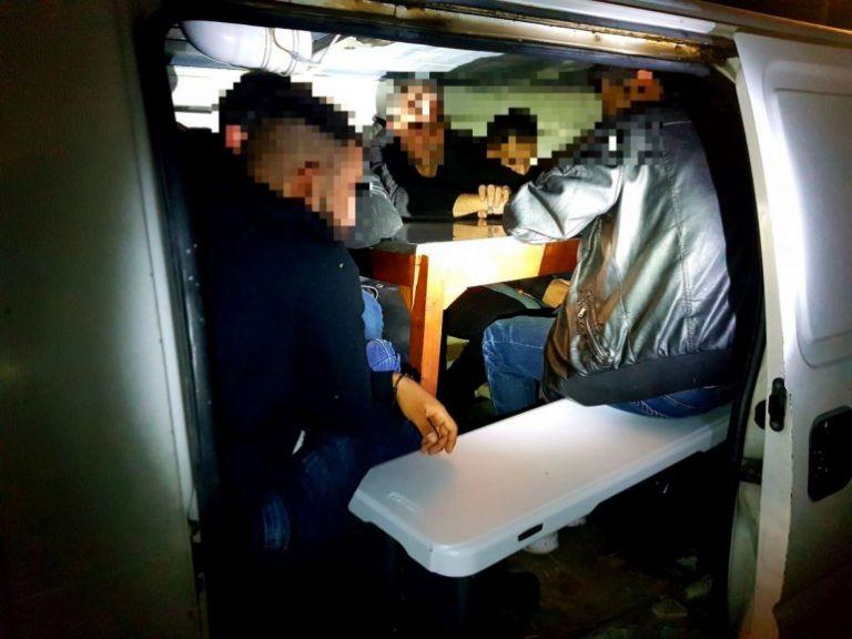 Χίος : Σύλληψη Έλληνα διακινητή που έκρυβε μετανάστες στο βαν του | tanea.gr