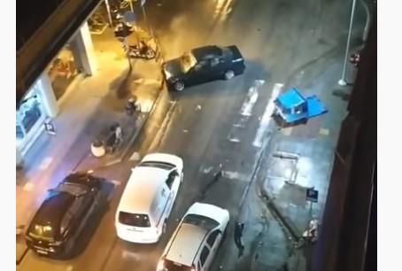 Χτύπησε σταθμευμένα ΙΧ, κάδο, και στο τέλος παράτησε το αυτοκίνητο και… έφυγε | tanea.gr
