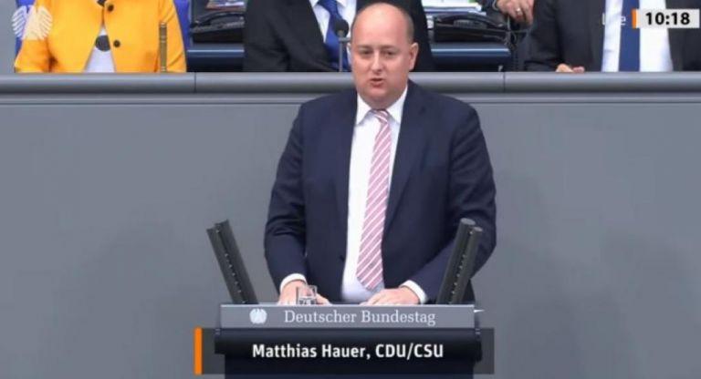 Γερμανία: Βουλευτής έχασε τις αισθήσεις του πάνω στο βήμα της Βουλής   tanea.gr