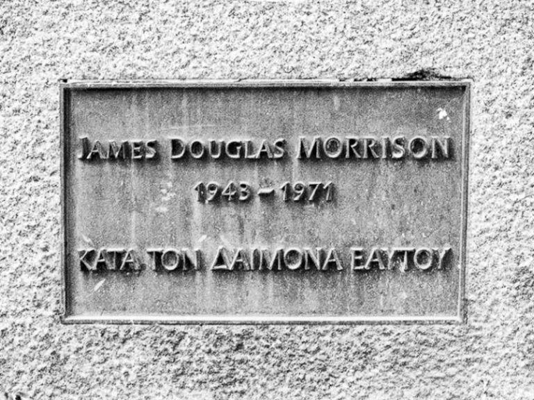 «Κατά τον δαίμονα εαυτού»: Τι σημαίνει η ελληνική φράση στον τάφο του Τζιμ Μόρισον | tanea.gr