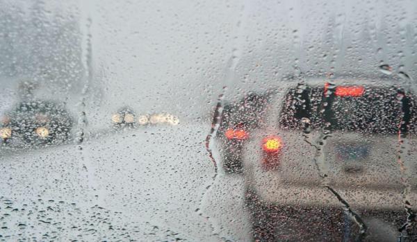 Οδήγηση υπό βροχή : Πώς πρέπει να γίνεται | tanea.gr
