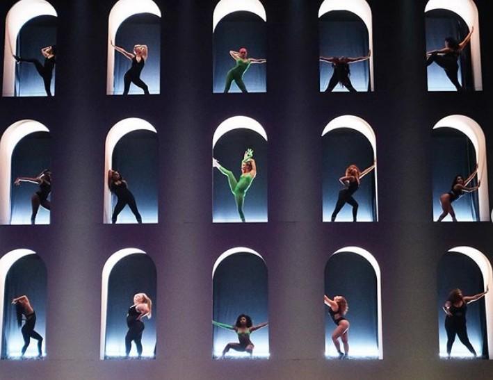 Σχεδιάζοντας τα σκηνικά ενός fashion show της Rihanna | tanea.gr