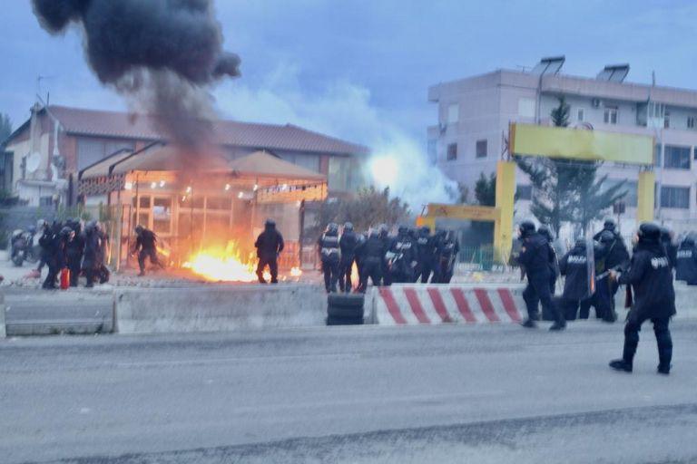Αλβανία: Ο Ράμα κατεδαφίζει αυθαίρετα - Αγρια επεισόδια στα Τίρανα | tanea.gr