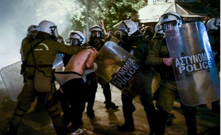 Φωτογραφία ημίγυμνου διαδηλωτή στα χέρια των ΜΑΤ προκαλεί μεγάλες αντιδράσεις   tanea.gr