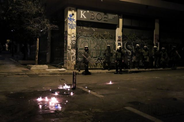 Εξάρχεια: Επεισόδια με μολότοφ και χημικά στην πλατεία | tanea.gr