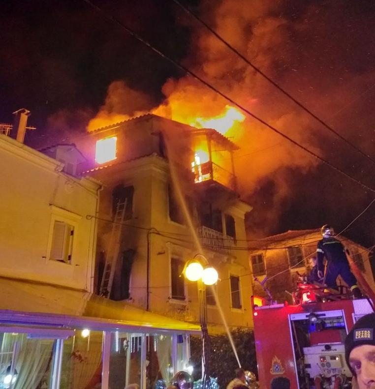 Μεγάλη φωτιά σε τριώροφο σπίτι στην Κέρκυρα   tanea.gr
