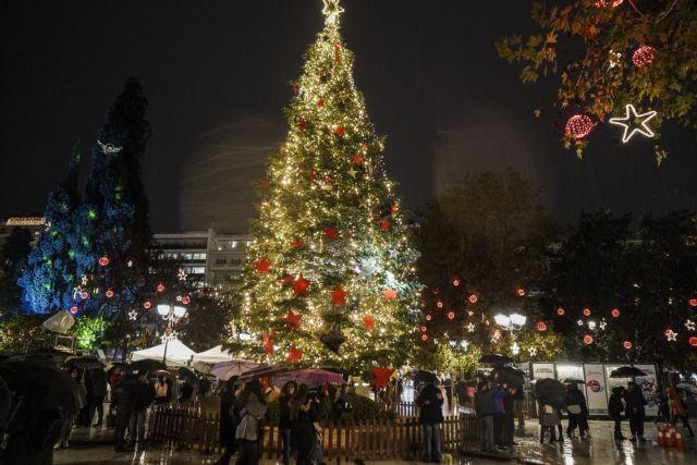 Φωταγωγήθηκε το δένδρο στην πλατεία Συντάγματος | tanea.gr