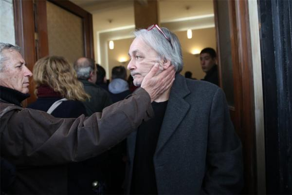 Συντετριμμένος ο Ανδρέας Μικρούτσικος στο τελευταίο αντίο του αδελφού του | tanea.gr