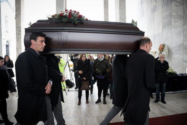 Θάνος Μικρούτσικος : Βαθιά συγκίνηση στο λαϊκό προσκύνημα – Συντετριμμένη η σύζυγός του | tanea.gr
