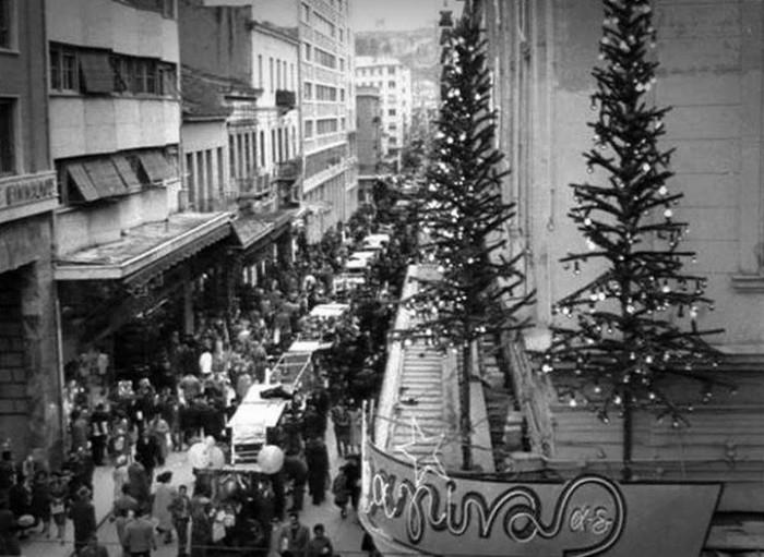 Στη γιορτινή Αθήνατης δεκαετίας του '60: Οι βιτρίνες και τα δώρα των παιδιών | tanea.gr