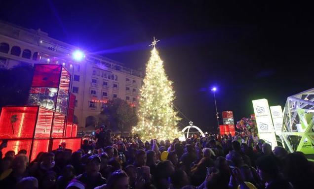 Θεσσαλονίκη : Φωταγωγήθηκε το χριστουγεννιάτικο δέντρο στην Αριστοτέλους – Σε ρόλο μαέστρου ο δήμαρχος | tanea.gr