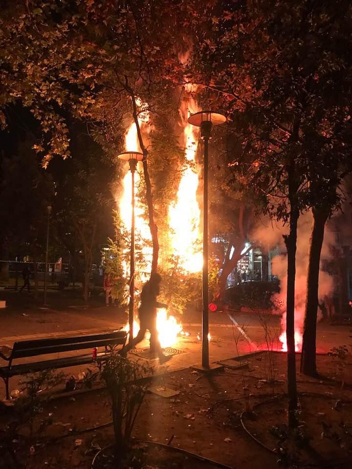 Εξάρχεια : Αγνωστοι έβαλαν φωτιά και στο δεύτερο χριστουγεννιάτικο δέντρο | tanea.gr