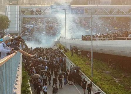 Χονγκ Κονγκ : Νέα επίθεση της αστυνομίας στους διαδηλωτές   tanea.gr