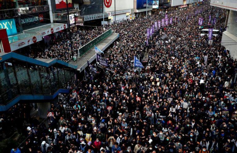Χονγκ Κονγκ : Πρώτη μεγάλη διαδήλωση του αντικυβερνητικού στρατοπέδου μετά τη νίκη στις περιφερειακές εκλογές | tanea.gr