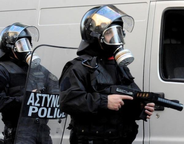 Τι υποστηρίζει η ΕΛ.ΑΣ. για τα όπλα που πετούν ελαστικές μπάλες   tanea.gr