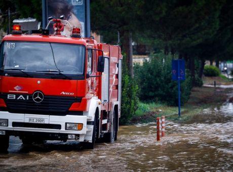 Κακοκαιρία: Απεγκλώβισαν οδηγό από τα ορμητικά νερά στη Χαλκιδική | tanea.gr