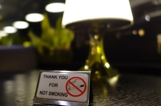 Αντικαπνιστικός νόμος : Βγαίνουν δήθεν για τσιγάρο και φεύγουν χωρίς να πληρώσουν | tanea.gr