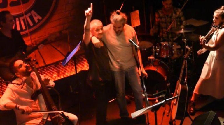 Θηβαίος και Χαρούλης τραγουδούν τον «Άμλετ της Σελήνης» για τον Θάνο Μικρούτσικο | tanea.gr